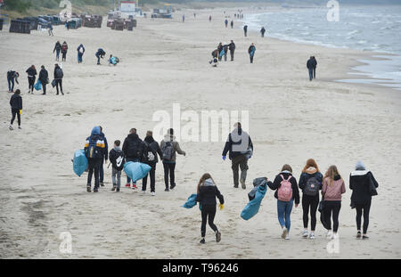 Zinnowitz, Germany. 17th May, 2019. Young people take part in the first big German Beachcleanup, a beach cleaning action on the island of Usedom. On the 1st Beach Clean Up Day the helpers streamed out at ten locations with garbage bags to collect discarded and washed up garbage. The island has 42 kilometers of beach. According to the Ministry of the Environment, marine waste remains a major problem, 80 percent of which is registered from land. Credit: dpa picture alliance/Alamy Live News - Stock Photo