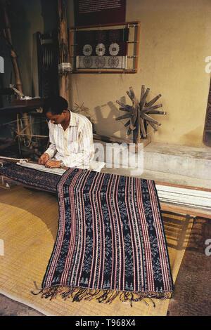 IKKAT, IKAT WEAVER WORKING ON HIS HANDLOOM, TELANGANA, INDIA, ASIA - Stock Photo