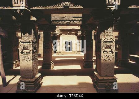 SCUPTURE ADORNING THE COLUMNS, THE STEPWELLS OF ADALAJ, GUJARAT, INDIA, ASIA - Stock Photo