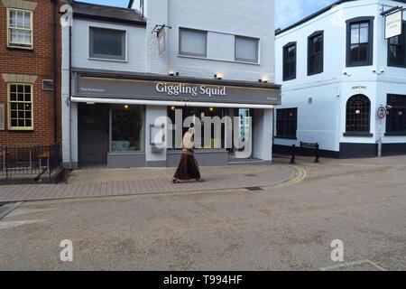 A monk walks past the Giggling Squid Thai Restaurant, Walton Street, Jericho, Oxford - Stock Photo