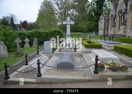 Churchill family graves in the churchyard of St Martin's Church in the Oxfordshire village of Bladon - Stock Photo