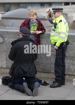 Police arrest Extinction Rebellion climate protesters on London's Waterloo Bridge during of a week of planned protests in the capital.  Featuring: Atmosphere, View Where: London, United Kingdom When: 16 Apr 2019 Credit: Wheatley/WENN - Stock Photo