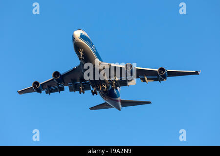 CargoLogicAir Boeing 747-446F/SCD (G-CLAA) on long finals runway 31 in the last rays of sunlight. - Stock Photo