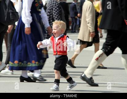 Oslo, Norway. 17th May, 2019. A child in traditional costume runs on the street during the celebration for the Norwegian Constitution Day in Oslo, capital of Norway, May 17, 2019. Credit: Zhang Shuhui/Xinhua/Alamy Live News - Stock Photo