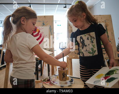 Moscow, Russia. 17th May, 2019. MOSCOW, RUSSIA - MAY 17, 2019: Children during a painting class at a workshop of the New Tretyakov Gallery. Sergei Bobylev/TASS Credit: ITAR-TASS News Agency/Alamy Live News - Stock Photo