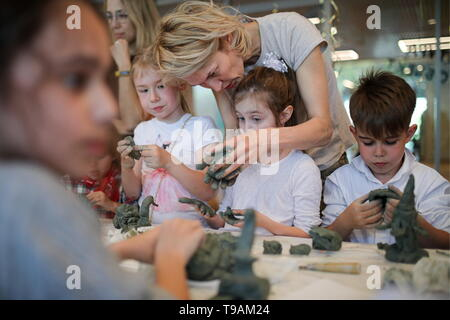 Moscow, Russia. 17th May, 2019. MOSCOW, RUSSIA - MAY 17, 2019: Children during a sculpture class at a workshop of the New Tretyakov Gallery. Sergei Bobylev/TASS Credit: ITAR-TASS News Agency/Alamy Live News - Stock Photo
