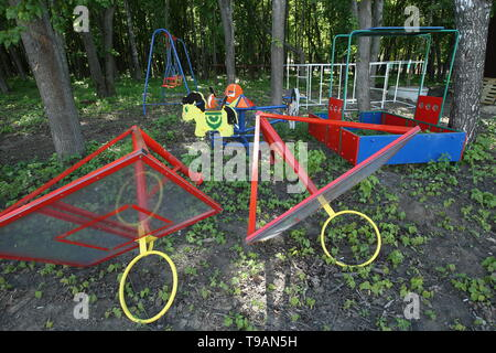Ryazan, Russia. 17th May, 2019. RYAZAN, RUSSIA - MAY 17, 2019: Uninstalled equipment on a children's playground in Ryazan's Lesopark. On May 16, 2019, journalists complained to Russian President Vladimir Putin about the absence of a children's playground which had been largely funded by the city budget. Alexander Ryumin/TASS Credit: ITAR-TASS News Agency/Alamy Live News - Stock Photo