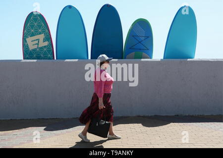 Sochi, Russia. 17th May, 2019. SOCHI, RUSSIA - MAY 17, 2019: A woman walking along the seafront in Adler District. Dmitry Feoktistov/TASS Credit: ITAR-TASS News Agency/Alamy Live News - Stock Photo