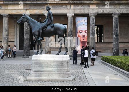 Beijing, Germany. 17th May, 2019. Visitors gather at the entrance of the Neues Museum (New Museum) at Museum Island in Berlin, capital of Germany, on May 17, 2019. Museum Island, a UNESCO world heritage site, is the northern part of an island in the Spree river in Berlin. Its name comes from the complex of worldwide famous museums such as Altes Museum (Old Museum), Neues Museum (New Museum), Alte Nationalgalerie (Old National Gallery), Bode Museum and Pergamon Museum. May 18 marks the International Museum Day. Credit: Shan Yuqi/Xinhua/Alamy Live News - Stock Photo