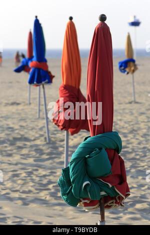 Parasols sur la plage de Deauville. Colourful beach umbrellas. Deauville. - Stock Photo