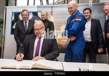 18 May 2019, Baden-Wuerttemberg, Künzelsau: Peter Altmaier (CDU), Federal Minister of Economics and Energy, signs the city's Golden Book in the town hall. Behind him are Johann-Dietrich Wörner (l-r), Director General at the European Space Agency ESA, Pascale Ehrenfreund, Chairman of the Board of the German Aerospace Center, astronaut Alexander Gerst, politician Christian von Stetten (CDU) and Matthias Neth (CDU), District Administrator of the Hohenlohe District. Photo: Christoph Schmidt/dpa Credit: dpa picture alliance/Alamy Live News - Stock Photo