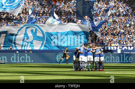 Gelsenkirchen, Germany. 18th May, 2019. firo: 18.05.2019, football, 1.Bundesliga, season 2018/2019, FC Schalke 04 - VFB Stuttgart Schalke, fans, in front of Nordkurve, Feature | usage worldwide Credit: dpa/Alamy Live News - Stock Photo