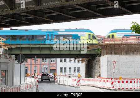 07 May 2019, Lower Saxony, Osnabrück: A train crosses an old bridge, which is renewed with reinforced concrete elements (front right). Since January 2017, Deutsche Bahn has been working on the renewal of a railway bridge in Osnabrück, which is to be completed in October of this year. (to dpa 'Railway approaches restoration backlog with bridges with billion expenditure') Photo: Friso Gentsch/dpa - Stock Photo
