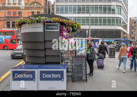 Royal Hospital Chelsea, London, UK. 19th May 2019. Chelsea Flower Show 2019 week with shops, residents and businesses in Chelsea decorating buildings for Chelsea in Bloom. Credit: Malcolm Park/Alamy Live News. - Stock Photo