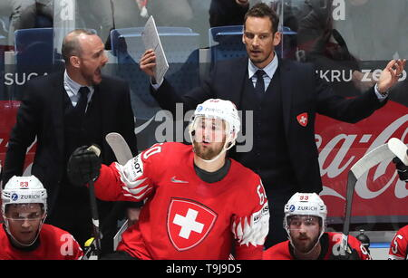 Bratislava, Slovakia. 19th May, 2019. BRATISLAVA, SLOVAKIA - MAY 19, 2019: Switzerland's head coach Patrick Fischer and forward Tristan Scherwey (R-L) in their 2019 IIHF Ice Hockey World Championship Preliminary Round Group B match against Russia at the Ondrej Nepela Arena. Alexander Demianchuk/TASS Credit: ITAR-TASS News Agency/Alamy Live News - Stock Photo