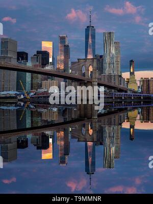 BROOKLYN BRIDGE (©J & W ROEBLING 1876) DOWNTOWN SKYLINE EAST RIVER MANHATTAN NEW YORK CITY USA - Stock Photo