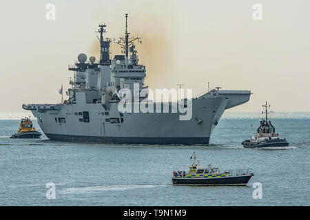 The Royal Navy aircraft carrier HMS Illustrious (R06) returning to Portsmouth, UK on the 11th April 2014. - Stock Photo