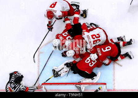 Bratislava, Slovakia. 19th May, 2019. BRATISLAVA, SLOVAKIA - MAY 19, 2019: Switzerland's and Russia's players in action in their 2019 IIHF Ice Hockey World Championship Preliminary Round Group B match at the Ondrej Nepela Arena. Alexander Demianchuk/TASS Credit: ITAR-TASS News Agency/Alamy Live News - Stock Photo