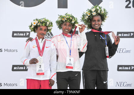 Riga, Worknesh Alemu (L) and Kumeshi Sichala Deressa pose at the medal ceremony for the Tet Riga Marathon 2019 in Riga of Latvia. 19th May, 2019. Ethiopian runners Birke Debele (C), Worknesh Alemu (L) and Kumeshi Sichala Deressa pose at the medal ceremony for the Tet Riga Marathon 2019 in Riga of Latvia, on May 19, 2019. Credit: Janis/Xinhua/Alamy Live News - Stock Photo