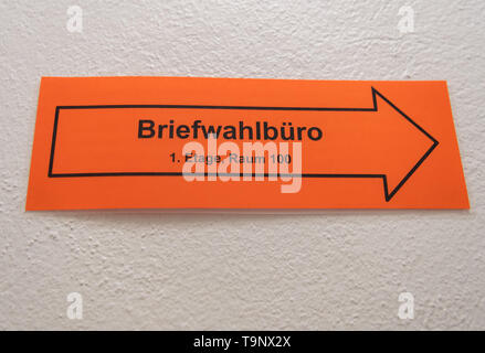 Dresden, Germany. 20th May, 2019. A sign with an arrow and the inscription 'Briefwahlbüro' hangs on a wall in the stairwell of the Central Citizens' Office Altstadt. At the polling station, citizens can vote for the local elections in Saxony and the European elections by postal ballot. Credit: Robert Michael/dpa-Zentralbild/dpa/Alamy Live News - Stock Photo