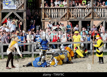 Kiev, Ukraine. 19th May, 2019. Competitors take part in a fight during the world championship of medieval combat near Kiev, Ukraine, May 19, 2019. The event, organized by the International Medieval Combat Federation, attracted more than 1,000 participants from all over the world. Credit: Chen Junfeng/Xinhua/Alamy Live News