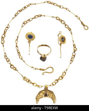 An associated Roman gold jewellery ensemble, late 2nd - 3rd century Lunula pendant with filigree, two globules and a drop-shaped garnet inlay on a wire loop necklace. Between the three figure-eight links, one straight link with two short terminal loops, which was originally embellished with a now lost pearl of organic material. Hook closure. Length opened 43 cm, length of the lunula 2.2 cm. A pair of earrings, on the obverse a blue inlaid medallion with a bezel of ribbed sheet metal, hanging on the actual ring one wire pendilium, which was former, Additional-Rights-Clearance-Info-Not-Available - Stock Photo