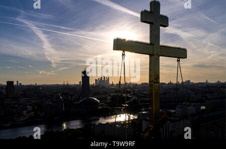 Moscow, Russia. 20th May, 2019. MOSCOW, RUSSIA - MAY 20, 2019: A view of the cross on a cupola of the Novospassky Monastery. Sergei Bobylev/TASS Credit: ITAR-TASS News Agency/Alamy Live News - Stock Photo
