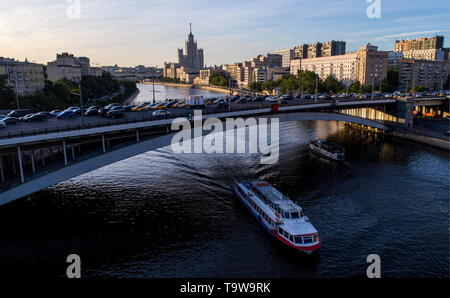 Moscow, Russia. 20th May, 2019. MOSCOW, RUSSIA - MAY 20, 2019: A view of the Bolshoi Krasnokholmsky Most over the Moskva River. Sergei Bobylev/TASS Credit: ITAR-TASS News Agency/Alamy Live News - Stock Photo