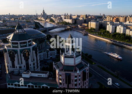 Moscow, Russia. 20th May, 2019. MOSCOW, RUSSIA - MAY 20, 2019: A view of the Riverside Towers business center in Kosmodamianskaya Embankment and the Moskva River. Sergei Bobylev/TASS Credit: ITAR-TASS News Agency/Alamy Live News - Stock Photo