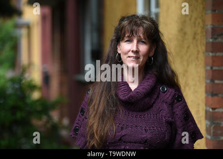 Berlin, Germany. 17th May, 2019. Viviane Czernietzki in front of the entrance of her terraced house in Berlin-Britz. The network nebenan.de has more than one million users in Germany, connects neighbors with each other and invites on May 24 to the day of the neighbors. (to 'Online platform provides for offline contacts among neighbors') Credit: Sven Braun/dpa/Alamy Live News