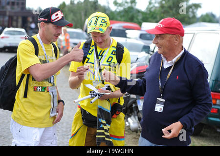 FILE: 21st May 2019. Former Formula One driver Niki Lauda passed away peacefully this morning aged 70. Photo taken: Brno, Czech Republic. 16th Aug, 2015. Austrian former Formula One driver Niki Lauda (right) visits Grand Prix of the Czech Republic 2015, Czech Republic, August 16, 2015, Brno, Czech Republic. Credit: Vaclav Salek/CTK Photo/Alamy Live News - Stock Photo