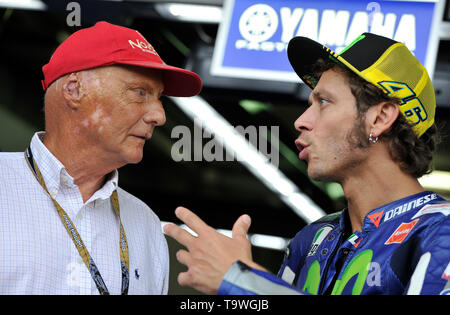 FILE: 21st May 2019. Former Formula One driver Niki Lauda passed away peacefully this morning aged 70. Photo taken: Brno, Czech Republic. 16th Aug, 2015. Grand Prix of the Czech Republic 2015, MotoGP, Austrian former Formula One driver Niki Lauda (left) and Valentino Rossi of Italy, Czech Republic, August 16, 2015, Brno, Czech Republic. Credit: Vaclav Salek/CTK Photo/Alamy Live News - Stock Photo