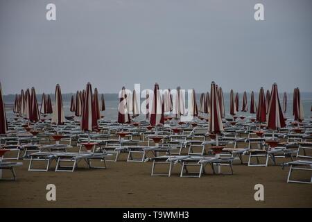 Caorle, Italien, Venetien, Venedig, Strand, Adria, Badestrand, Liege, Strandliege, Schirm, Sonnenschirm, Weg, Sand, Sandstrand, Baden, Ferien, Urlaub,