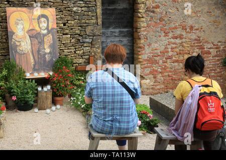 Pèlerins priant devant la tombe de Frère Roger. Taizé. - Stock Photo