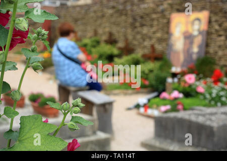Pèlerin priant devant la tombe de Frère Roger. Taizé. - Stock Photo