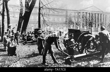 Soldiers with guns in front of the Smolny Institute, the seat of the Petrograd Soviet. - Stock Photo