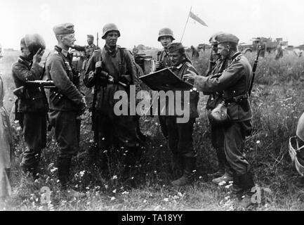 The regimental command staff of a battalion of the Army Group Center discusses the planned storming of the village of Borodino during the Battle of Moscow. Photo: war correspondent Herrmann. - Stock Photo