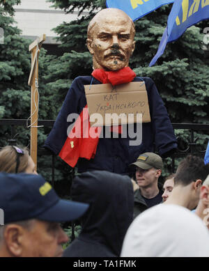 Kiev, Ukraine. 21st May, 2019. A gallows and a sculpture of the Soviet leader Vladimir Lenin with a placard  saying I am the executioner of the Ukrainian people is seen hanging on a fence of the Constitutional Court during the protest..Protesters stand against appeals of 46 Ukrainian lawmakers who appealed to the court to review the constitutionality of the law about decommunization. The law on decommunization was voted by the Ukrainian Parliament in April 2015, condemning communist and Nazi totalitarian regimes, banning their propaganda and symbolism. Credit: ZUMA Press, Inc./Alamy Live News - Stock Photo