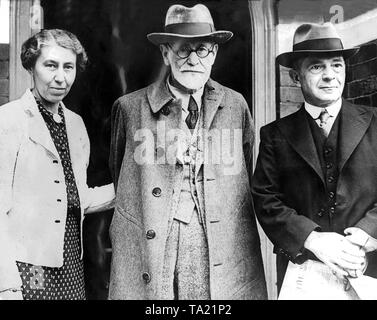 The psychoanalyst Sigmund Freud (1856-1939) and his wife Martha Bernays in 1938 in London. - Stock Photo