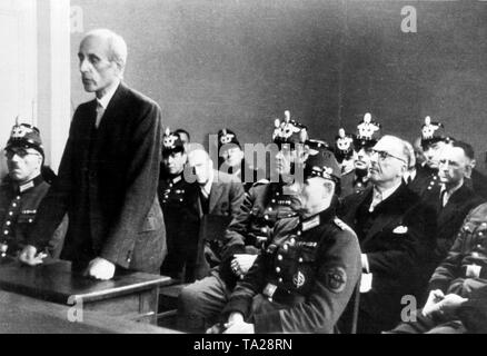 The defendants Eugen Bolz, Kempner, Hermes and Fabian von Schlabrendorff between guarding police officers at their trial before the People's Court after the attempt on Hitler on 20 July, 1944. - Stock Photo