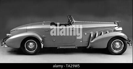 The 320 hp Duesenberg SJ was the strongest car in the US for 30 years. The SJ reached a top speed of 225 km / h. - Stock Photo