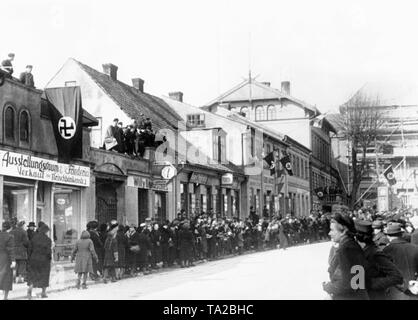 Numerous people are waiting in the Fleischbaenkenstrasse in Memel (Klaipeda) and the entire Memel area, for the invading troops of the German army after the conclusion of the German-Lithuanian treaty. - Stock Photo