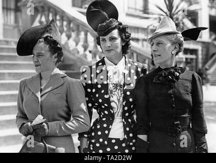 Women wearing hats, fashion of the summer of 1938, at the horse race 'Prix des Drags' in the Paris district 'Auteuil'. - Stock Photo