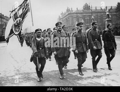 25,000 men of the 'Stahlhelm, Bund der Frontsoldaten' are marching to Schlossplatz from the Siegessaeule (Victory Column) on the day of the Reichstag election in Berlin. In the photo, first row on the left Princess Eitel Friedrich and Prince Oskar of Prussia. In the background, the Palace Bridge and the Zeughaus (old Arsenal). - Stock Photo