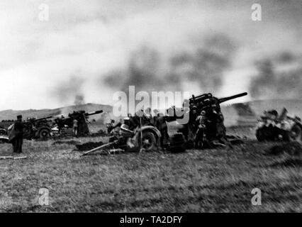 German 8.8 cm FlaK 36 on a field in the Eastern Carpathians (probably in the trijunction region Slovakia / Poland / Ukraine). The Wehrmacht used the cannons, which were originally intended for air defense, to defend themselves against an enemy attack. Photo of the Propaganda Company (PK): war correspondent Heuberger. - Stock Photo
