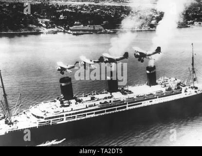 Four American naval aircrafts fly over the ocean liner 'Leviathan' on her arrival in New York City. - Stock Photo