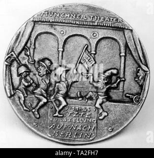 Back of a medal on the Beer Hall Putsch by Karl Goetz. The Beer Hall Putsch is depicted as the 'Munich Theater'. It shows Adolf Hitler (in the middle, with steel helmet) and two putschists with gallows and a swastika flag. On the right a Kasperl is dancing. Below the figures is the inscription: '9.11.23 Last performance, let's go to Berlin'. - Stock Photo