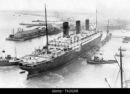 The ocean liner 'Berengaria' of the Cunard Line is put into a dry dock in Southampton for repairs. Originally the 'Berengaria' was in the service of the German HAPAG as 'Imperator'. - Stock Photo