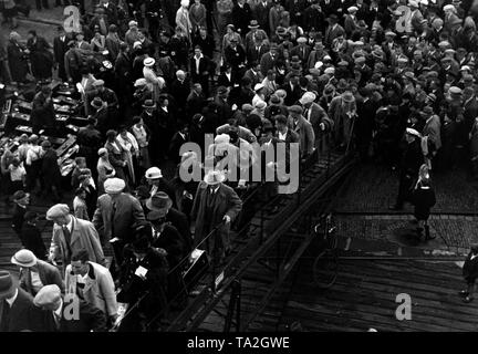 Holidaymakers of the Nazi organization 'Kraft durch Freude' go on board of a Kdf ship. - Stock Photo