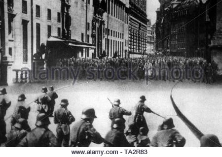 Putschists and members of the National Police meet in front of the Munich Feldherrnhalle at Odeonsplatz. Adolf Hitler marches in the first row in light coat. - Stock Photo